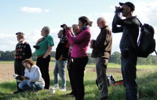 NaturFreunde auf einer ornithologischen Exkursion.
