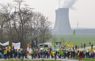 NaturFreunde demonstrieren vor dem AKW Grafenrheinfeld