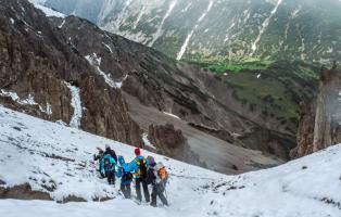 Bergwanderergruppe im Juni