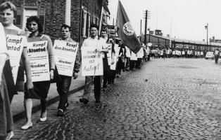 """Kampf dem Atomtod""-Demonstration der hessischen Naturfreundejugend nach Offenbach (1959)."