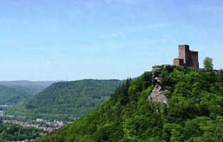 Blick auf den Pfälzerwald und Burg Trifels