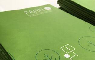 Ein Stapel grüner FARN-Seminarmappen