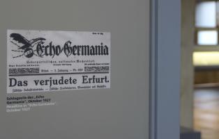 """Schlagzeile des """"Echo Germania"""" im Oktober 1927, gezeigt in der Ausstellung """"Techniker der Endlösung"""" im Erfurter Erinnerungsort Topf & Söhne."""