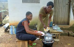 Togoische NaturFreunde mit Holz sparendem Kocher