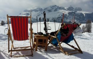 Schneesportler*in im Liegestuhl