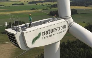 Windrad mit Naturstrom-Logo