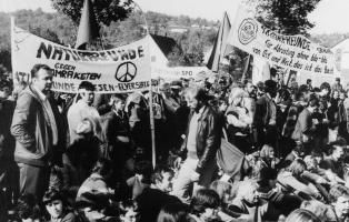 Foto: Saarländische NaturFreunde bei der großen Menschenkette im Jahr 1984 von Stuttgart nach Neu-Ulm gegen die Nachrüstung in den NATO-Mitgliedsstaaten.