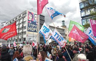 NaturFreunde auf der TTIP-Demo in Hannover